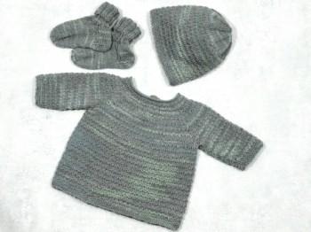 Babypullover mit Mütze und Schühchen